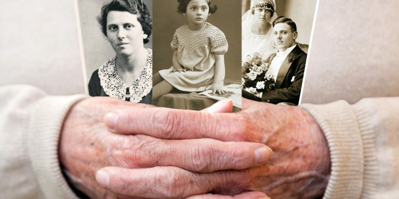 Alte Frau mit Familienfotos