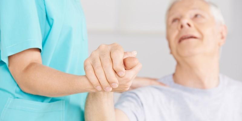 Krankenpflegerin und Patient
