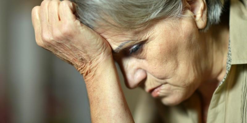 Betrübte alte Frau