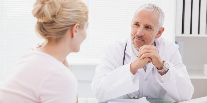 Der Arzt kann eine Krampfadernerkrankung leicht erkennen