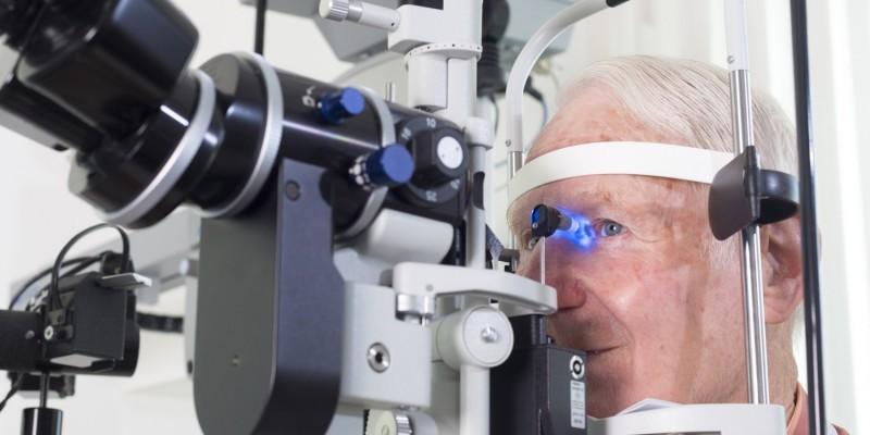 Augenuntersuchung mit einer Spaltlampe