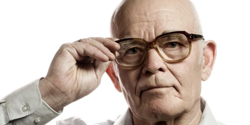 Alter Mann mit Brille