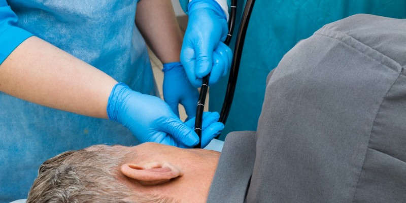 Bei der Magenspiegelung wird ein Endoskop durch den Mund geführt