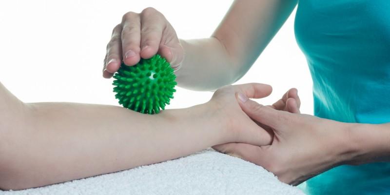 Physiotherapie mit Igelball