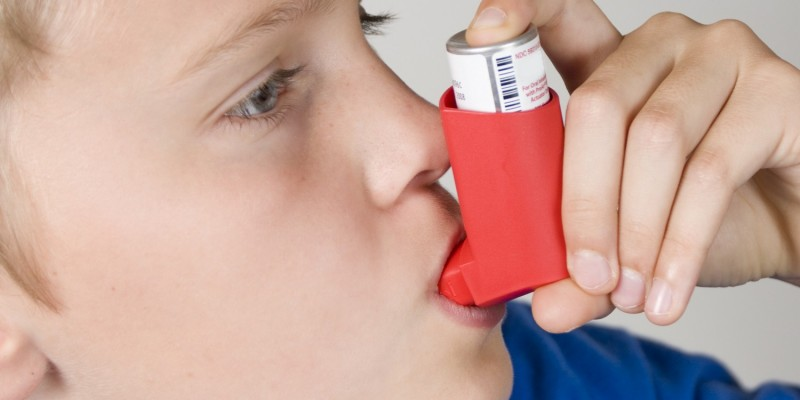 Kind mit Inhaliergerät