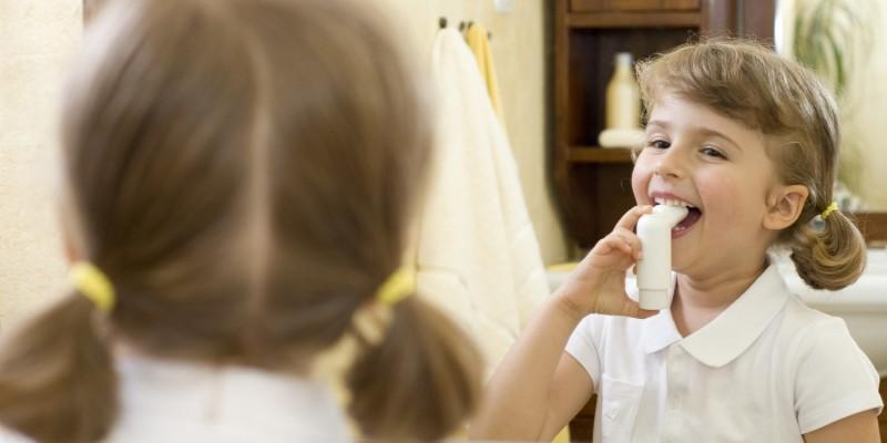 Mädchen mit Asthmaspray