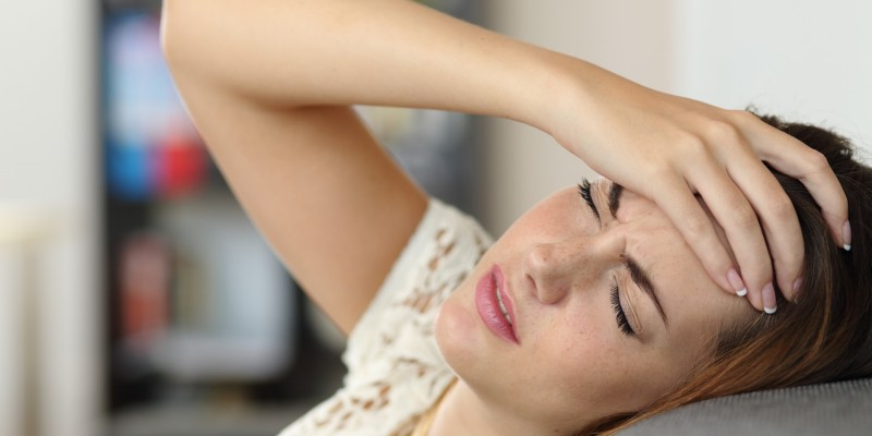 Frau mit einem Migräneanfall