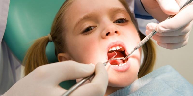 Beim Zahnarzt kann eine Fehlstellung früh erkannt werden