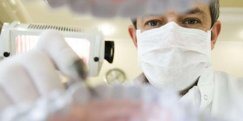 Zahnarzt bei der Untersuchung