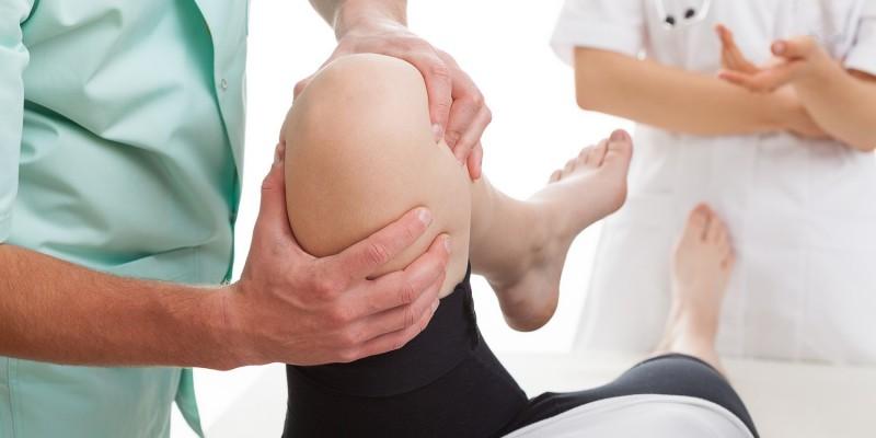 Untersuchung eines verletzten Beines
