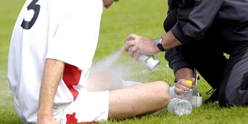 Tritt eine Muskelverletzung ein, sollte die Stelle schnell gekühlt werden