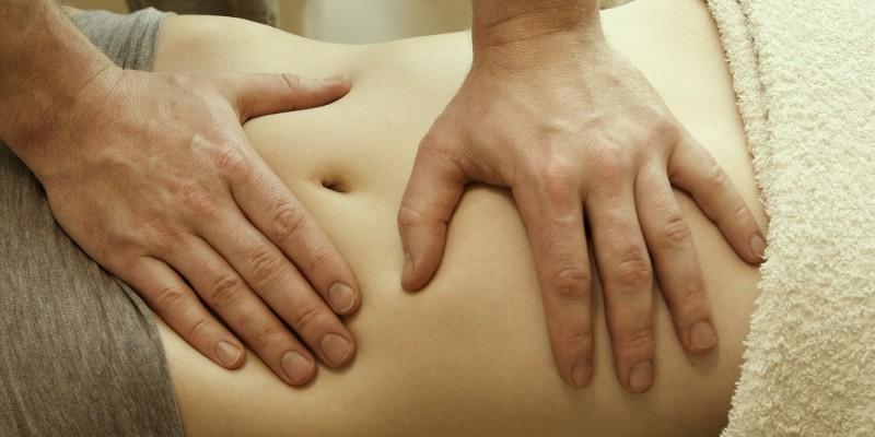 Abtasten des Bauchraumes