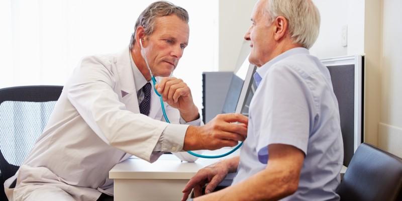 Arzt hört die Lunge eines Patienten ab