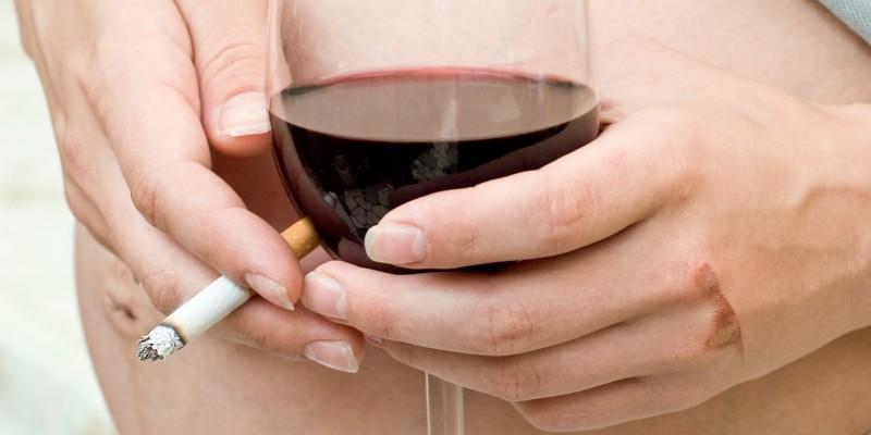 Rauchende und trinkende Schwangere