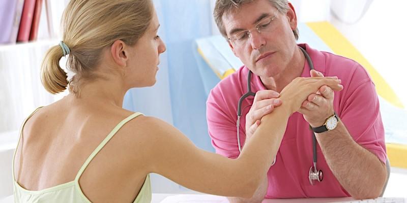 Der Arzt untersucht das Handgelenk