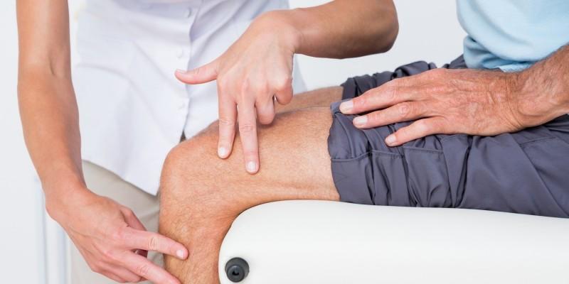 Arzt untersucht das Knie