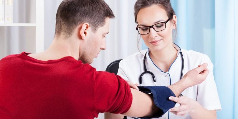 Ärztin mit Bluthochdruckpatient
