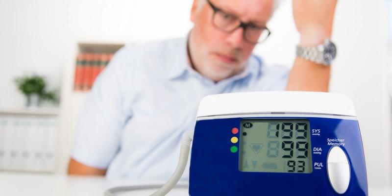 Mann am Blutdruckmessgerät