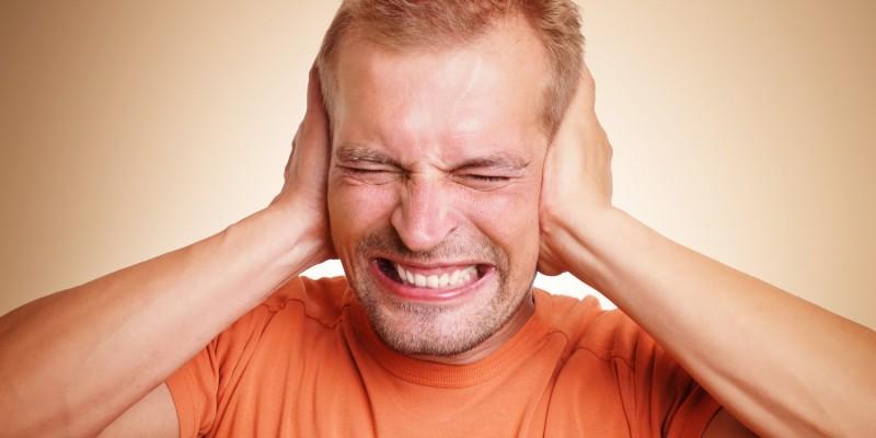 Der Betroffene nimmt ständig störende Ohrgeräusche wahr