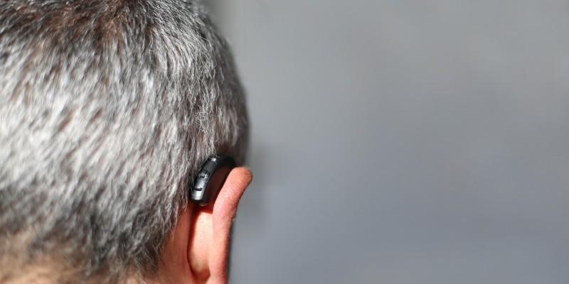 Mann mit Hörgerät im Ohr