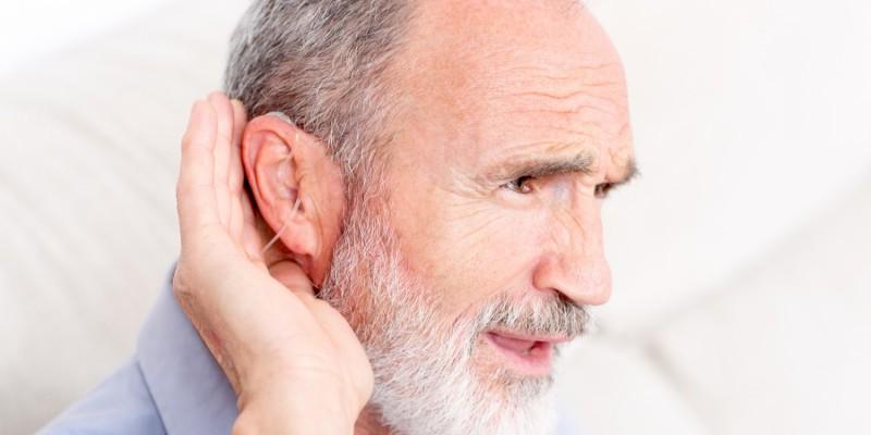 Das Hörvermögen kann im Alter immer weiter abnehmen