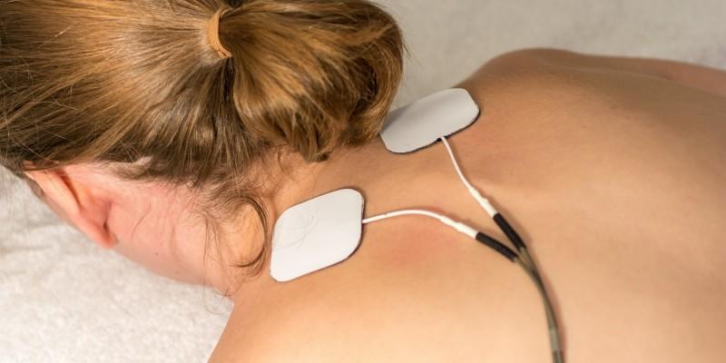 Elektrotherapie am Nacken