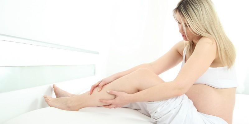 Ein Wadenkrampf tritt häufig nachts im Bett auf