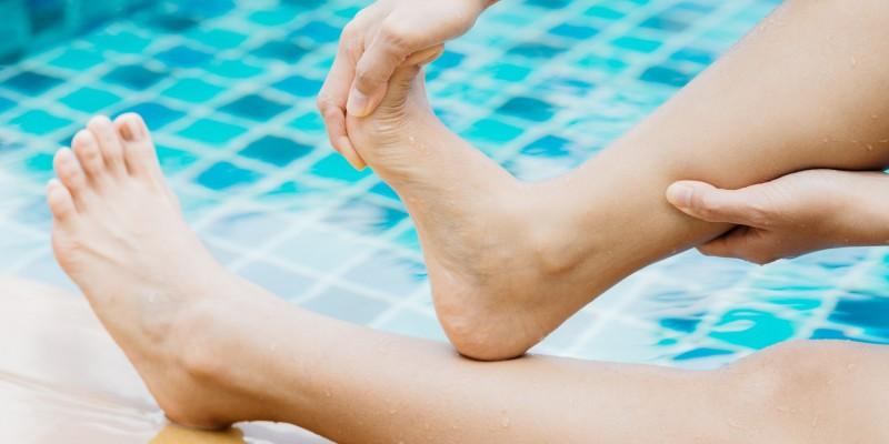 Bei einem Wadenkrampf die Fußspitzen nach oben drücken und das Bein ausstrecken