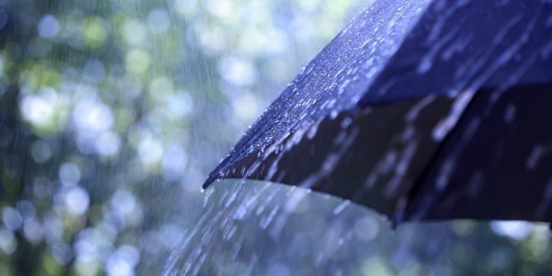 Schirm im strömenden Regen