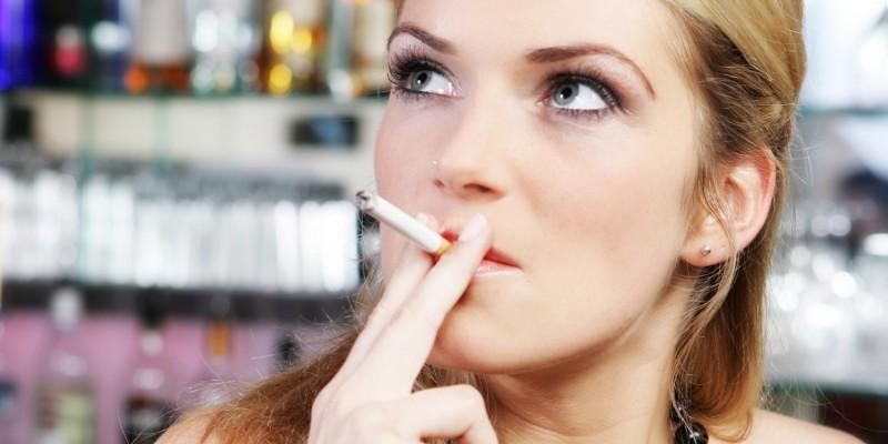 Rauchen kann zu äußeren Zahnverfärbungen führen