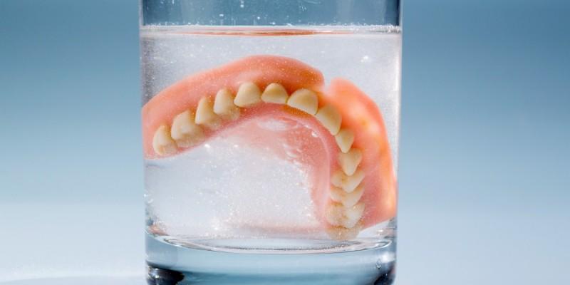 Als Ursache kommt auch eine schlecht sitzende Zahnprothese in Betracht