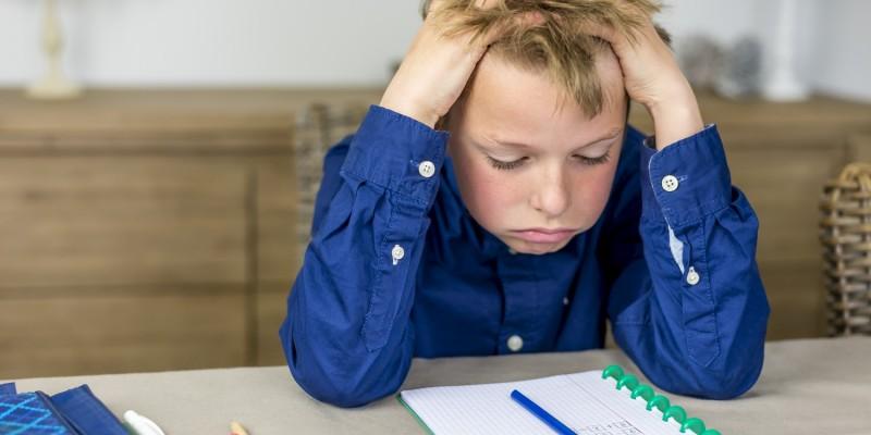 Junge Mit Konzentrationsschwäche Beim Lernen