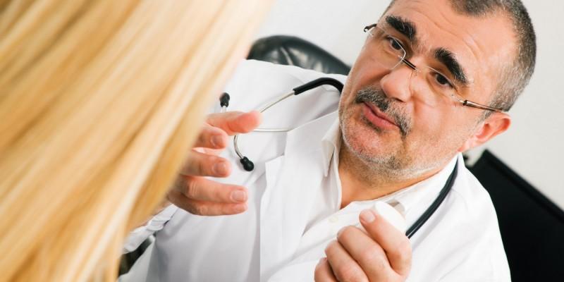 Bei häufigem Erbrechen oder Blut im Erbrochenen sollte ein Arzt zurate gezogen werden