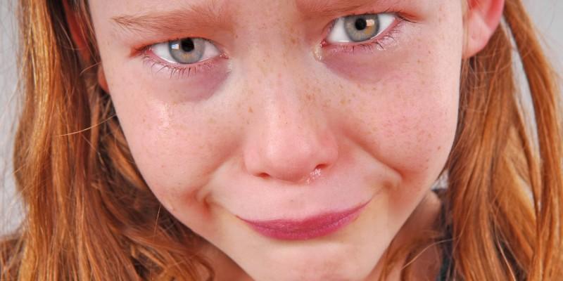 Wütendes, weinendes Mädchen mit roter Gesichtsfarbe