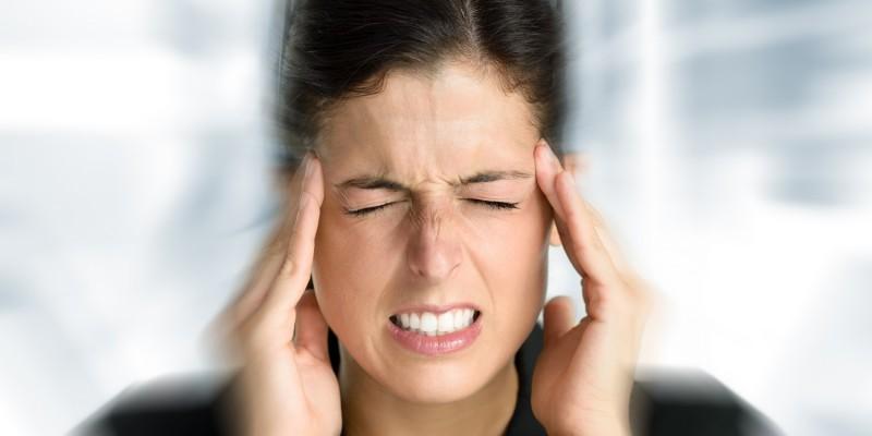 Frau hat einen Migräneanfall