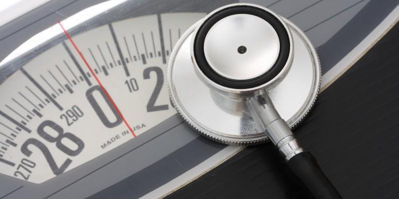 Der Patient wird gewogen, um den Body-Mass-Index zu errechnen