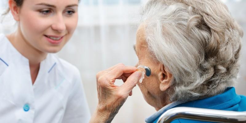 Oft ist das Hörvermögen so stark eingeschränkt, dass ohne Hörgerät keine Geräusche mehr wahrgenommen werden