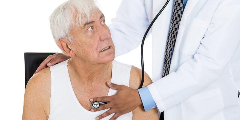 Mit einem Stethoskop hört der Arzt die Lunge ab