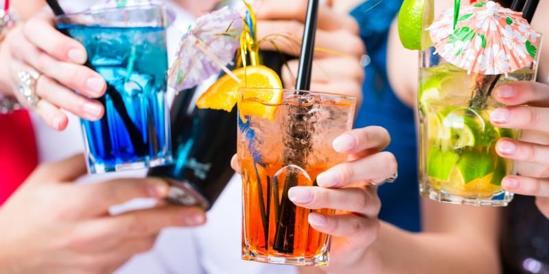 Neben dem Alkohol sollte man auf Partys genügend Wasser trinken