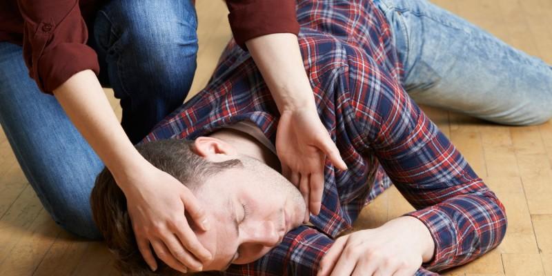 Bei einer Ohnmacht sollte der Betroffene auf den Rücken gedreht und die Beine angewinkelt hochgelegt werden