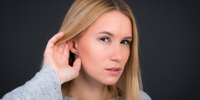 Frau nimmt seltsame Geräusche wahr