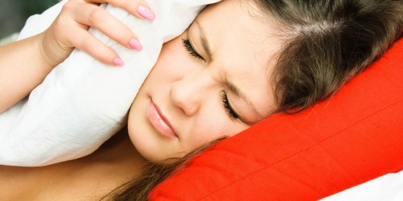 Gereizte Frau liegt schlaflos im Bett