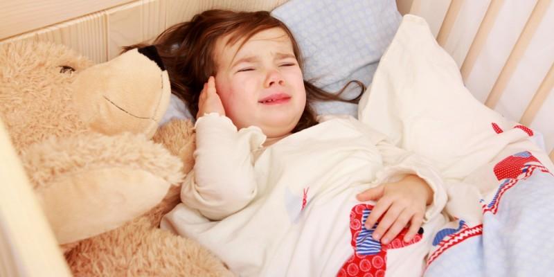 Kind hat Ohrenschmerzen wegen einer Mittelohrentzündung