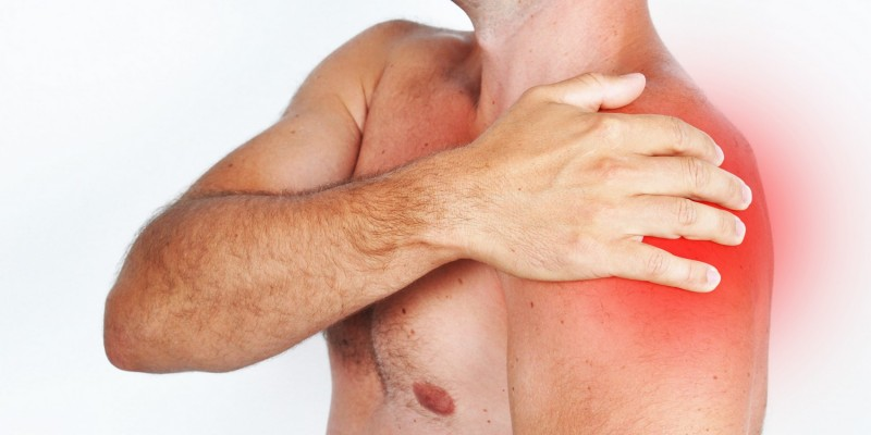 Mann hat Schmerzen in der linken Schulter