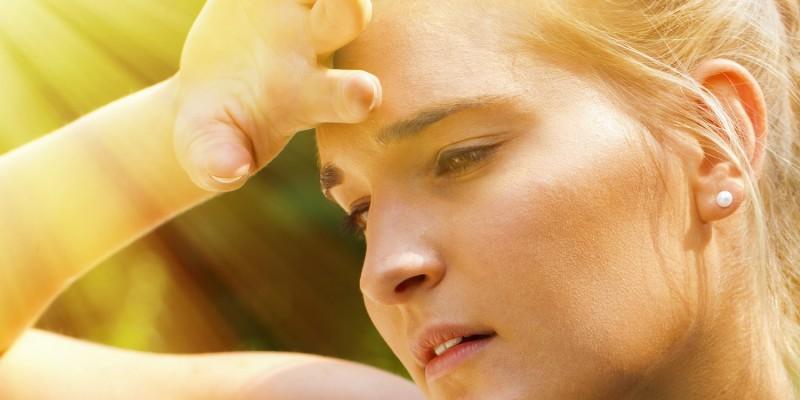 Frau schwitz im Sonnenlicht